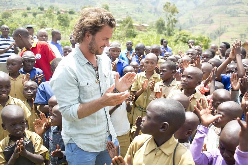 Der Amerikaner Blake Mycoskie gründete TOMS, ein Giving Brand. Für jedes verkaufte Paar Schuhe wird ein neues Paar an bedürftige Kinder gespendet.