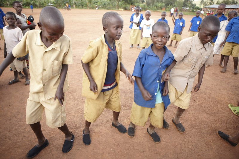 """Die Kinder in einem kleinen argentinischen Dorf freuen sich über """"TOMS Shoe""""."""