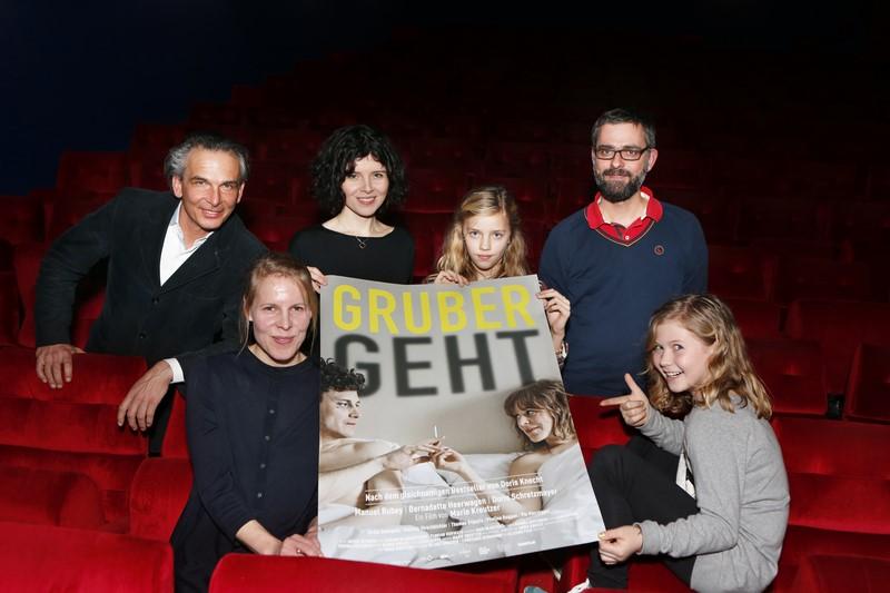 """Gernot Rath (ORF Steiermark, Leiter Kultur und Kommunikation), Regisseurin Marie Kreutzer, Ida Reiner (Darstellerin), Leon Ilsen (Filmverleih THIMFILM), vorne Lena Koppe (Kamera) und Lana-Mae Lopicic (Darstellerin) bei der Kinopremiere """"Gruber geht"""" am 29. Jänner 2015 im SCHUBERT Kino Graz (© ORF Steiermark/Stuhlhofer Wolf)"""