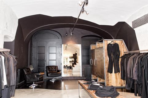 """Der Boutique 'eigensinnig' wurde vom Shopping Guide Austria der Award als bester Store für """"Avantgarde Fashion Damen"""" verliehen (Foto eigensinnig)"""