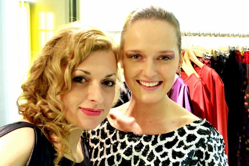 """Nadine Marie Wohlmuth mit ihrer Freundin Eva Poleschinski, der """"Designerin of the year 2014 (Foto Löffler)"""