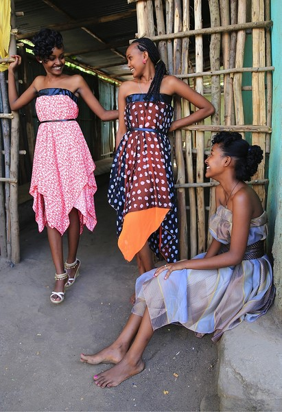 """3 sister wearing Eva Poleschinski TO GO"" - dieses Foto schoss Nadine Marie Wohlmuth in Afrika."