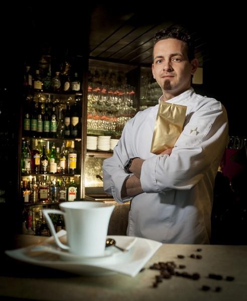 """Spitzenkoch Daniel Edelsbrunner serviert in seinem Restaurant eine besondere Kaffeespezialität: """"Kopi Luwak"""" (Foto Werner Krug)"""