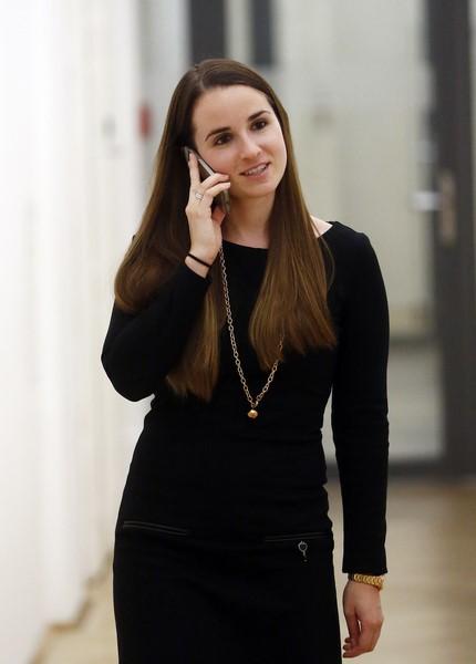Als persönliche Assistentin ist Lisa Wieser natürlich rund um die Uhr für ihren Chef da (Foto Barbara Nidetzky)