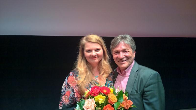 Der Grazer Filmemacher Roland Berger gratuliert seiner langjährigen Freundin Ulrike Beimpold zum Diagonale-Schauspielpreise für ihre Rolle in SUPERWELT (Foto Hedi Grager)