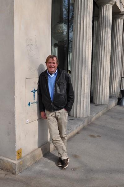 Burkhard Stulecker arbeitete viele Jahre als Journalist, er bekam Drehbuchstipendien, malt und ist ein anerkannter Szenograf (Foto Reinhard Sudy)