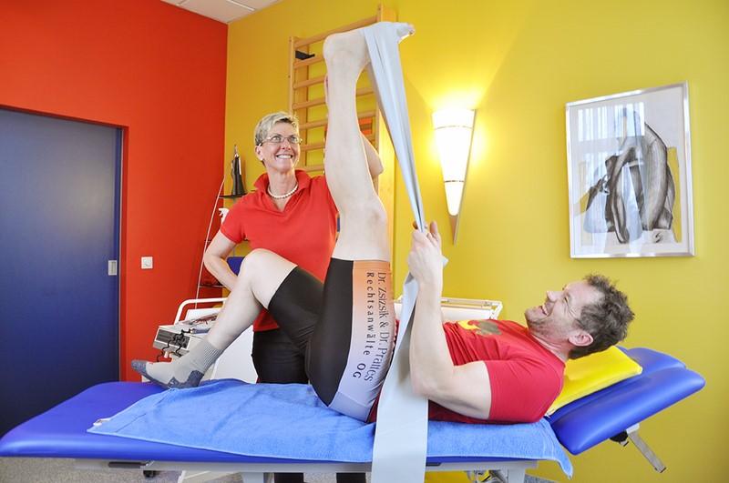 Moderator Armin Assinger begab sich nach seinem schweren Skiunfall in die Behandlung der Grazer Physiotherapeutin Daniela Reiter (Foto Barbara Höfler)