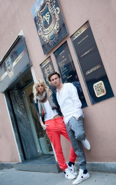 Stefan Taucher mit seiner Sabrina, die ihm auch gerne als Frisurenmodel zur Verfügung steht (Foto www.renestrasser.com)