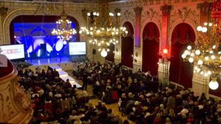 Ob bei Seminaren, Presseauftritten oder Präsentationsterminen für L'Oreal - Stefan liebt es, auf der Bühne zu stehen (Foto NobleStyle)