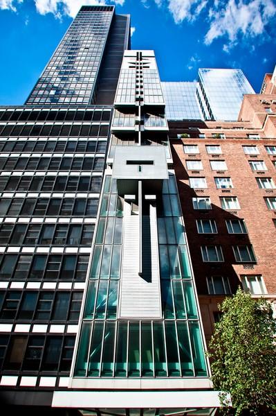 Frontansicht des Austrian Cultural Forum New York:  Das 2002 fertiggestellte Gebäude ist in einer nur 7,5 Meter breiten Baulücke in Manhattan situiert. Nicht verwunderlich daher, dass das Gebäude mit über 24 Stockwerken und einer Gesamthöhe von 84 Metern eine architektonische Besonderheit darstellt (Foto David Plakke)