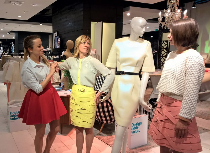 Designerin Marina Hoermanseder legt Hand an Sandra Rosenfelder und Andrea Krobath, die sich als Schaufenster-Puppen zur Verfügung stellen (Foto Hedi Grager)