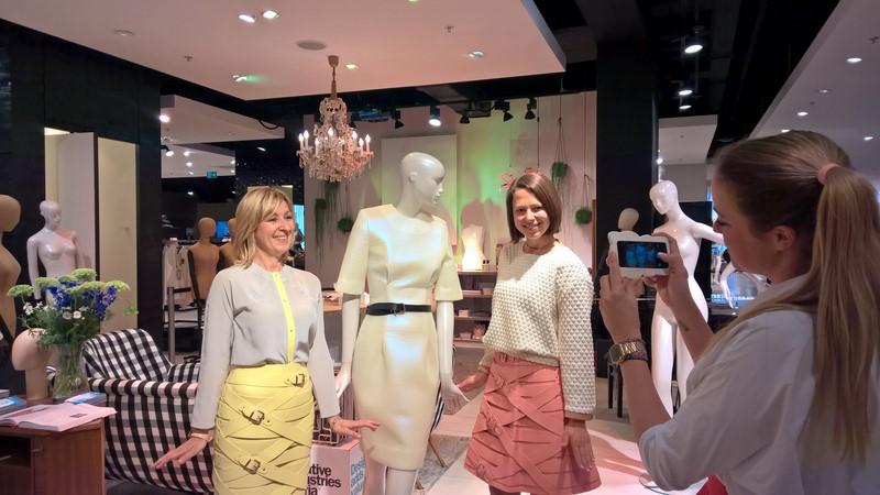 Andrea Krobath (Leitung Marketing K&Ö) und Sandra Rosenfelder (PR/Marketing K&Ö), gekleidet in Marina Hoermanseder, werden von der Designerin fotografiert (Foto Hedi Grager)