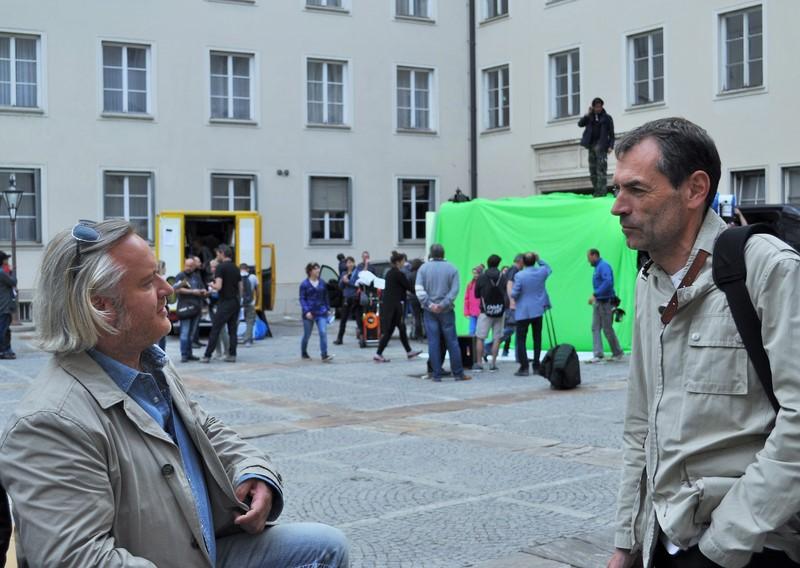 Gregor Seberg unterhält sich mit dem Grazer Fotografen Christian Jungwirth nach den Dreharbeiten im Grazer Burghof (Foto Reinhard Sudy)