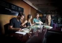 """Die große Bar im Restaurant Carl, an der man in Zukunft auch """"Carl Casual"""" speisen kann (Foto Werner Krug)"""