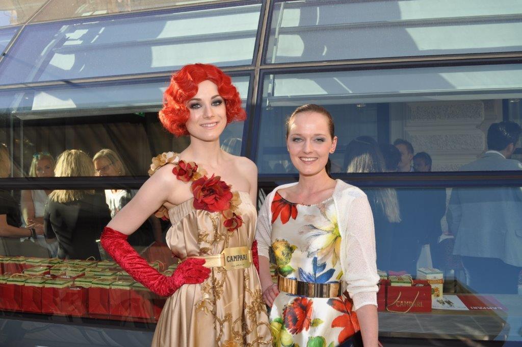 Campari Austria lud zum 'Aperitivo' ins Cafe Landtmann. Designerin Eva Poleschinski mit einer von ihr eingekleideten CAMPARI DAME (Foto Reinhard Sudy)