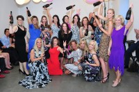 Die Modelle von Roswitha und Yvonne wurden bei der ersten Modeschau von prominenten Frauen vorgeführt: Andrea Bocan, Verena Pflüger, Sissi Knabl, Alessandra Ludwig, Sasa Schwarzjirg, Atousa Mastan, Nadine Friedrich und Julia Furdea.