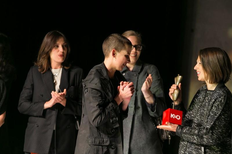Die Gewinnerin Sabrina Stadlober erhält den K&Ö Fashion Award von Andrea Krobath, K&Ö Leitung Mode Marketing (Foto Oliver Wolf)