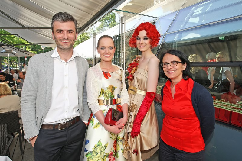 Thomas Hergge (Marketing Manager Campari Austria), Eva Poleschinski (Designerin), Model im Life Ball-Campari-Dress, Simone Edler (Geschäftsführerin Campari Austria) (Foto Philipp Enders)