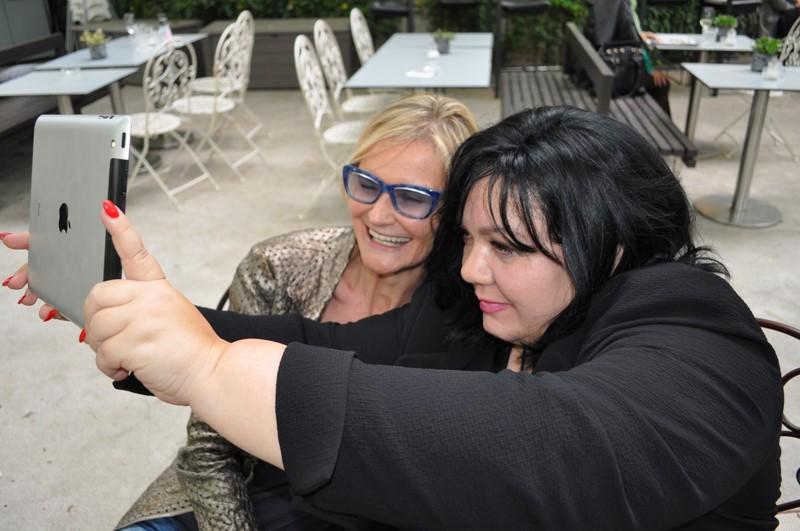 Das Selfie von Patricia Staniek und Hedi Grager wurde von Reinhard Sudy festgehalten.
