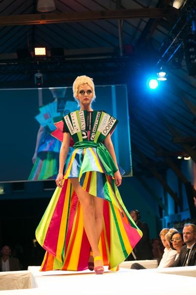 """Für Begeisterung sorgten die eigens für den Green Panther 2015 entworfenen Kleider des 2. Semesters des Kollegs für Modedesign der Modeschule Graz. Jede der 11 Kategorien wurde mit einer abgestimmten Outfit-Kreation von den Models – von """"Austria's Next Topmodel"""" sowie dem Art & Fashion Team – präsentiert (Foto Robert Frankl)"""