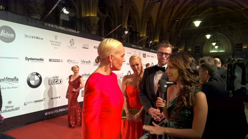 Natascha Ochsenknecht wird auf dem roten Teppich von Sasa Schwarzjirg interviewt (Foto Hedi Grager)