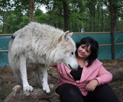 """Patricia Staniek Patricia entwickelte gemeinsam mit dem Wolf Science Center in Ernstbrunn den Erlebnis-Workshop """"Wolf Experience"""" (Foto Manfred Staniek)."""