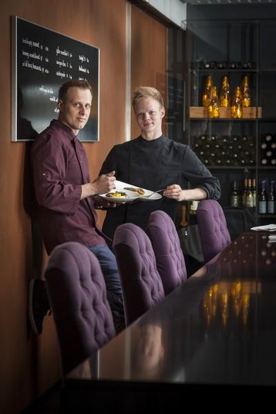 """Philipp Haiges mit seinem Küchenchef Marcel Gaube. Gemeinsam kreierten sie """"Carl Casual"""", das jetzt im Barbereich und auf der Terrasse an den Hochtischen serviert wird (Foto Werner Krug)"""