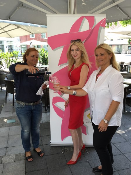 Pink Ribbon Ladies Lunch: Renate Polz, die köstlichen Polz Brut Rosé mitbrachte, Christane Baldauf und Beatrix Drennig (Foto Kerstin Reinprecht)