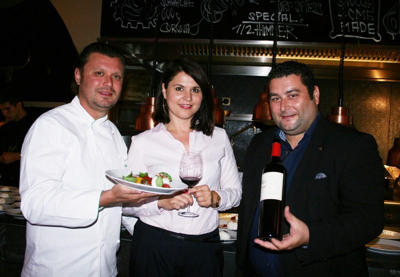 Karolina Sitarek erklärte als Repräsentantin des Weinguts Olim di Bauda (Piemont) jeden der köstlichen Weine. Christof Widakovich und Weinexperte Alexander Andreadis (Foto Christina Dow)