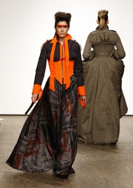 """Bei Isabel Vollrath trifft """"Upcycling"""" auf """"High-Tech"""" - und dies zeigt die Designerin in gekonnter Weise auf der Berliner Fashion Week (Foto Peter Kirchhoff)"""