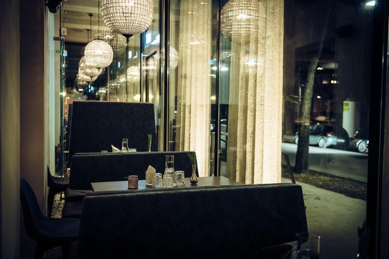 """Viele der Gäste schwärmen wie ich von den gemütlichen Sitznischen an der Fensterfront"""" (Foto Joel Kernasenko)"""