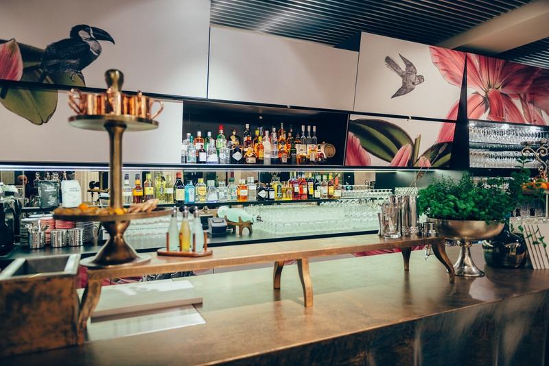 Die Bar im Promenade ist unendlich lang (Foto Joel Kernasenko)
