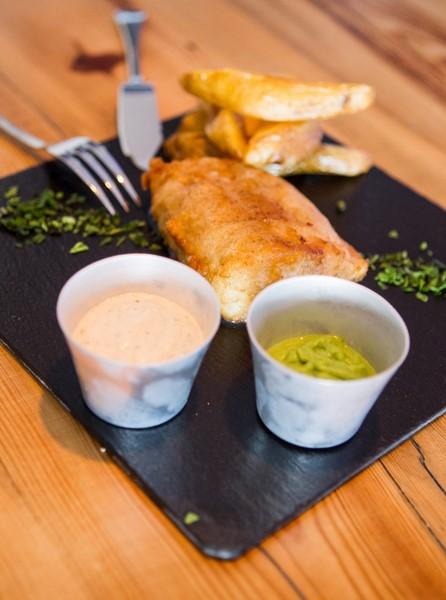 """""""Fish and Chips"""": ein Filet vom Bacalao mit hausgemachten Saucen und hausgemachten Potatos (© Chrissinger)"""
