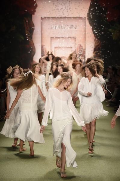 Weiß, weiß, weiß - und alle Models trugen bei Marc Cain gekrepptes Haar, mit Federn oder Lederbändern geschmückt.