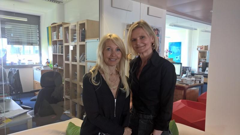 Hedi Grager zu Besuch bei Uschi Fellner in ihrem Wiener Büro.