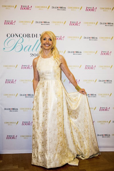 Stilsicher in einer wunderbaren Robe - Uschi Fellner am Concordia Ball 2015 (Foto Stefan Joham).