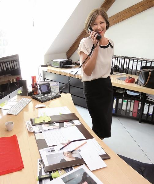 Designerin Eva Lutz in ihrem Büro im Gut Strehlhof in Volkach (Foto MINX)