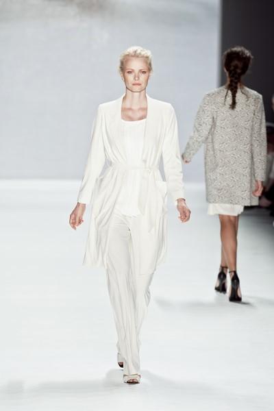 Topmodel Franziska Knuppe im sommerlichen Weiß von MINX by Eva Lutz (Foto MINX)