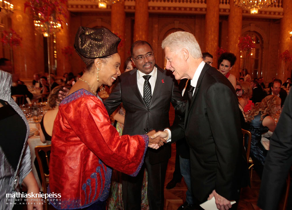 Bill Clinton welcomes Michel Sidibe, deputy director of UNAIDS and his wife on May 21, 2011 in Vienna, Austria. (Photo by Mathias Kniepeiss/Life Ball 2011/Getty Images)