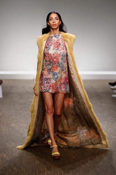 SAMMLER BERLIN, Spring/Summer Kollektion 2016: Der bodenlange Pelz im sommerlichem Gelb strahlt eine Leichtigkeit aus und verleiht dem kurzen Kleid einen tollen Look (Foto SAMMLER Berlin)