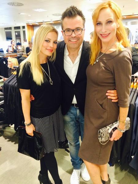 Agenturchef Reinhard Mätzler, hier mit der Schauspielerin Andrea Sawatzki und Regina Halmich.