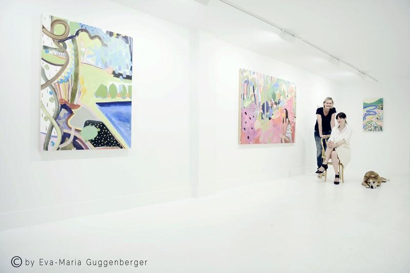Annika Peterson, hier mit Bildern von Kima Ferdowsi Kline in ihrer 'turn gallery'. Immer dabei: Lucy (Interview: Hedi Grager; Foto: Eva Maria Guggenberger)