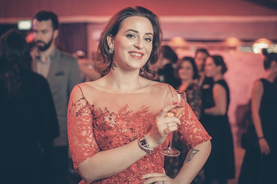 Lena Hoschek trug ein extra für den Anlass gefertigtes rotes Couture-Kleid aus Spitze und ausgewählten Schmuck von Dorotheum. Außerdem trug sie ein Modell der Schweizer Uhrenmanufaktur Jaeger LeCoultre, denn seit kurzem fungiert sie neben Größen wie Clive Owen oder Carmen Chaplin als Testimonial für diese Marke (Foto Doron Nadav / www.goodlifecrew.at)