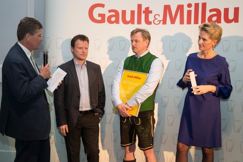 GaultMillau-Herausgeber Martina und Karl Hohenlohe mit den stolzen Gewinnern Gerhard Fuchs und Christian Zach (Foto Jürg Christandl)