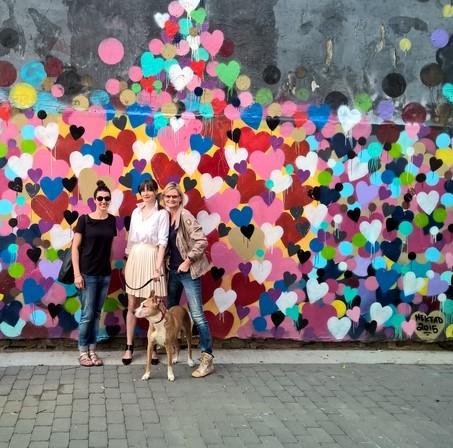 """Fotografin Eva Maria Guggenberger, Galeristin Annika Peterson mit ihrer Lucy und Hedi Grager vor der """"wall with hearts"""", einem beliebten Fotomotiv in New York (Foto Reinhard Sudy)"""