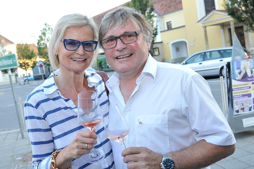 Walter Polz und Hedi Grager beim Brut Rosé Fest im Szene-Café Elefant in Leibnitz (Foto Josef Krassnig)