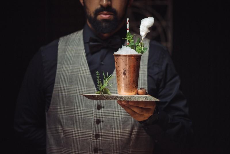 Barchef Raphael Dantas Kosubek will die Grazer Cocktailkultur mit neuen und speziellen Cocktails neu beleben (Foto Joel Kernasenko)