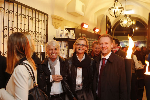 700 Gäste waren neugierig auf den neuen Landhauskeller - und wurden nicht enttäuscht. Darunter Hofrat Reinhard Sudy, Hedi Grager und Dr. Josef Lindner, Präsident der Ärztekammer für Steiermark (Foto Harry Stuhlhofer)