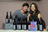 Manfred und Marion Ebner-Ebenauer mit Weinflaschen und dem Guide A la Carte (Foto Martin Hesz)