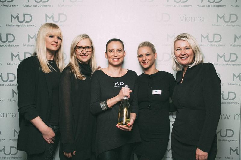 Freuen sich über die erfolgreiche Eröffnung des MUD Studio Vienna: Verena Resch, Marlene Eibisberger und Ines Liebmann-Stumpf mit Freunden ((c) Markus Mansi MOMA Werbeagentur)